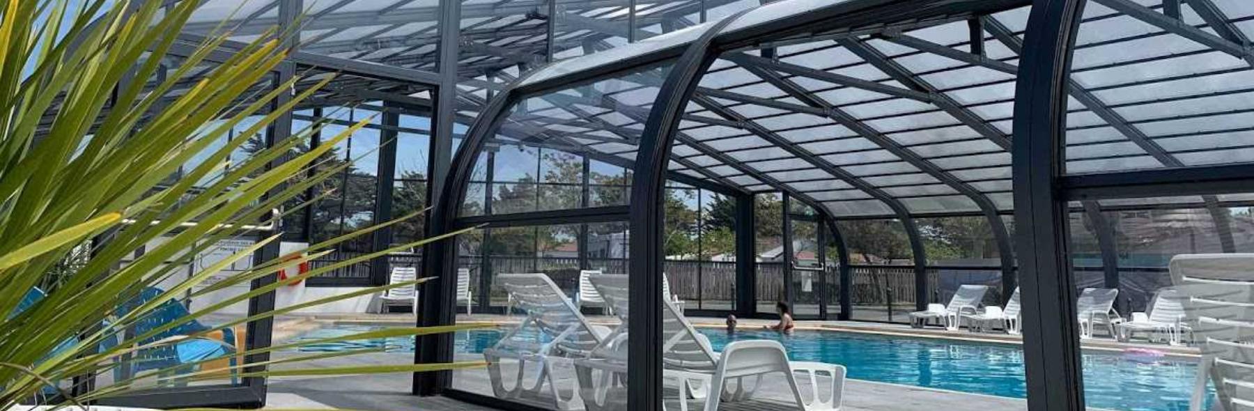 Camping Club Mahana : vue extérieure de la piscine couverte