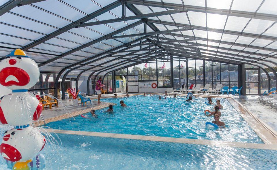 vue de l'intérieur de la piscine couverte du camping Mahana à St Hilaire de Riez