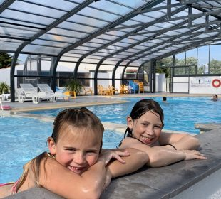 enfants au bord de la piscine du camping Mahana